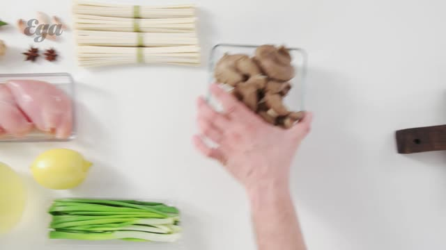 Лапша удон с курицей, вешенками и зеленым луком