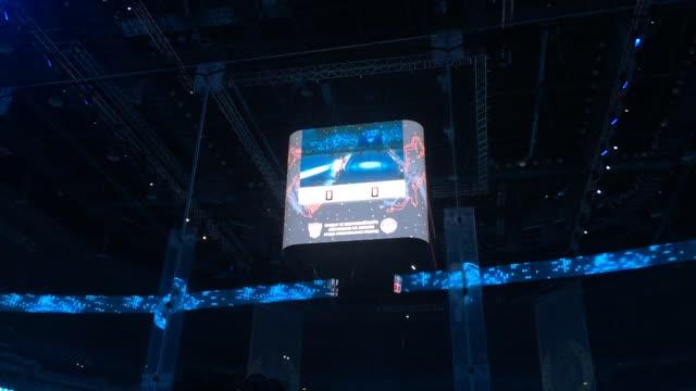 Болельщики приветствуют Владимира Путина на гала-матче Ночной лиги