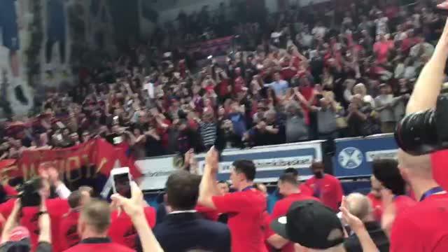 Игроки ЦСКА благодарят болельщиков после победы в Единой лиге ВТБ
