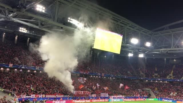Дымовуха и баннер фанатов «Спартака»