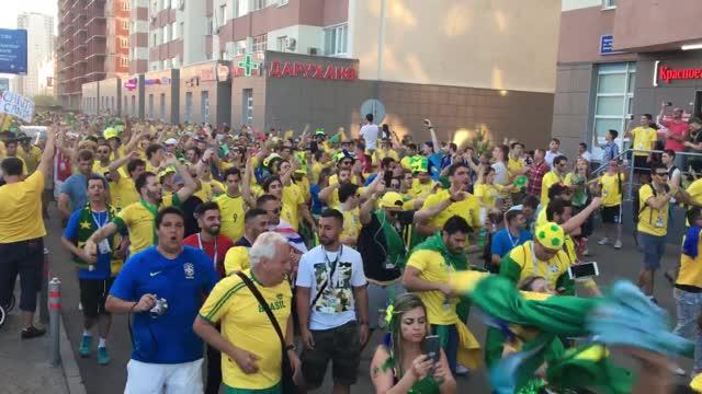Бразильские болельщики поют