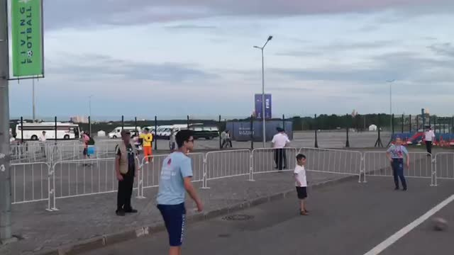 Волонтеры играют в пас с детьми у «Казань-Арены»