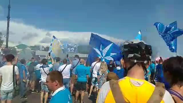 Фанаты Зенита зажигают перед стадионом