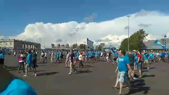 Болельщики идут к стадиону и поют