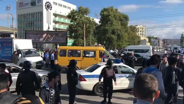 Полиция выгоняет фанатов Хабиба с проезжей части