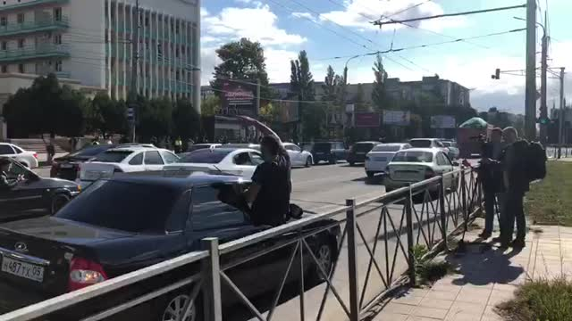 Фанат Хабиба даёт интервью телеканалу из окна машины