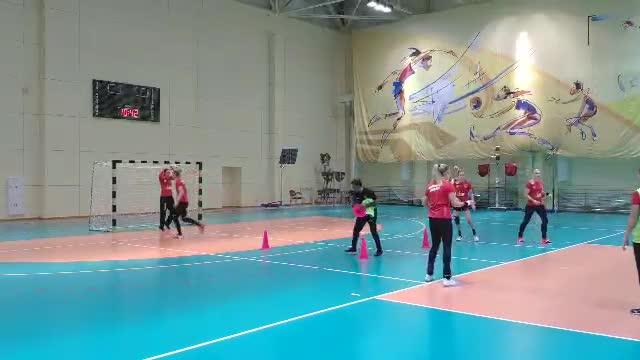 Главный тренер лично расставляет конусы перед тренировкой