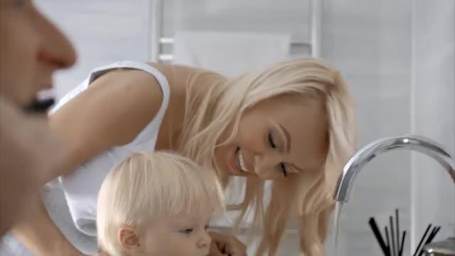 Плющенко снялся в рекламе с полуторагодовалым сыном