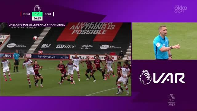 Судья назначает пенальти в ворота «Борнмута» за игру рукой