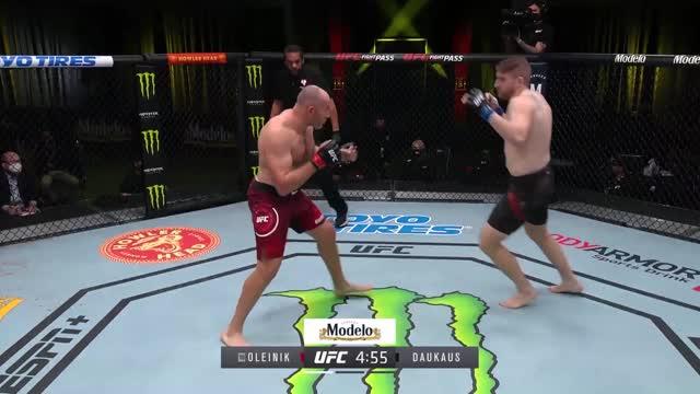 Олейник нокаутом проиграл Даукаусу на UFC Fight Night 185
