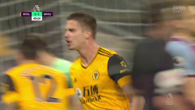 1:3. Дендонкер («Вулвз») отыгрывает один мяч с подачи Траоре