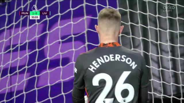 Хендерсон («Ман Юнайтед») в прыжке вытягивает опасный удар!