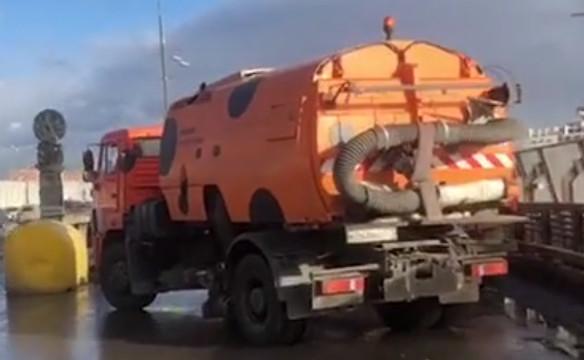 Машины дорожных служб перекрыли дорогу к «Лужникам»