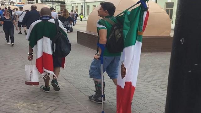 Мексиканский фанат, передвигающийся на костылях, прилетел в Казань