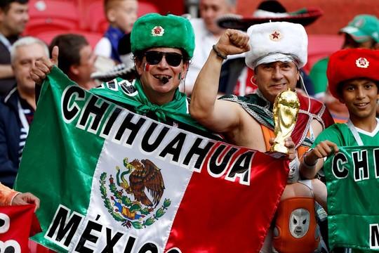 Мексиканцы подружились с русскими болельщиками и вместе исполняют футбольные песни
