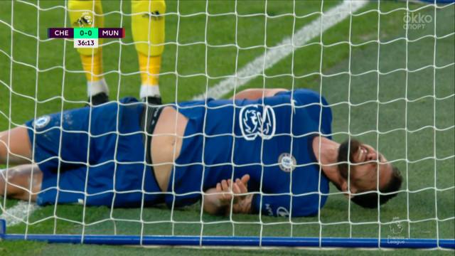 Жиру («Челси») не дотянулся до мяча и врезался в штангу