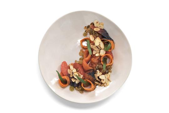 Салат с морковью, красной рыбой и миндалем